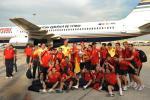 图文-西班牙队参加夺冠庆典斗牛士在停机坪合影