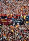 图文-西班牙队参加夺冠庆典巡游车没入红黄海洋