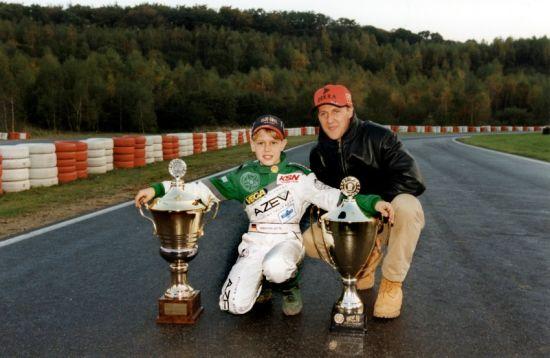 少年维泰尔参加低级别方程式赛事时,舒马赫也曾亲身支持。