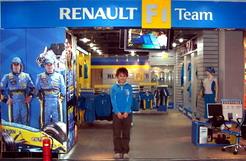 追求时尚车迷必看 雷诺F1精品专卖店登陆北京