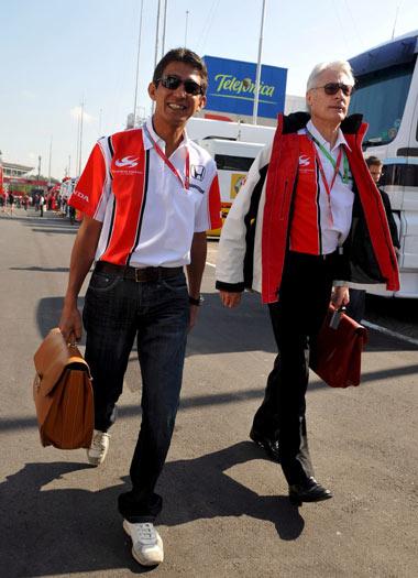 图文-F1西班牙站周四围场扫描铃木亚久里来到赛场