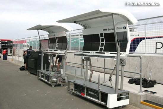 图文-F1英国站周三影像宝马-索伯的指挥亭