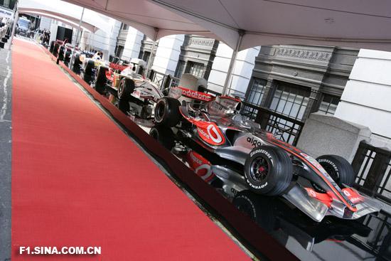 图文-伦敦F1慈善PARTY派对现场展示的F1赛车