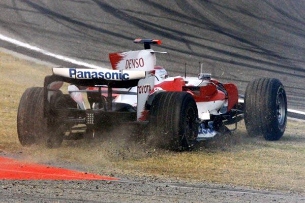 图文-F1中国站正式比赛丰田车队特鲁利被顶出去