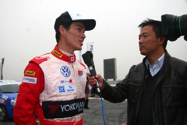 图文-POLO杯总决赛第10回合许伟端接受电视台采访
