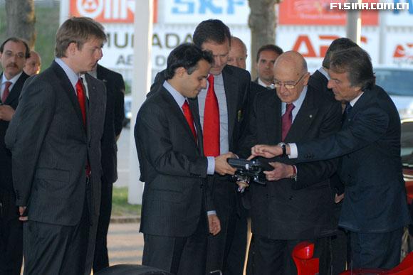 图文-意大利总统参观法拉利纳波利塔诺了解F1方向盘