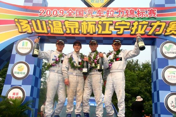 在国家杯组比赛中,一汽-大众高尔夫庆洋车队陈德安/路明夺冠,这也是