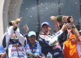科马庆祝摩托车组夺冠