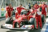 法拉利技师调试阿隆索赛车