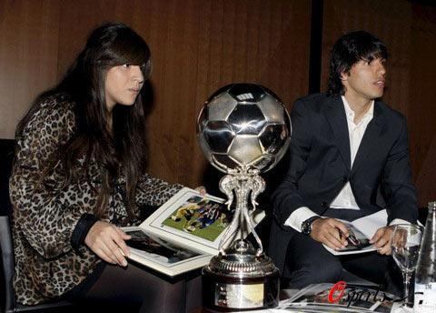 阿圭罗荣膺西甲赛季最佳拉美球员携老马爱女领奖(图)