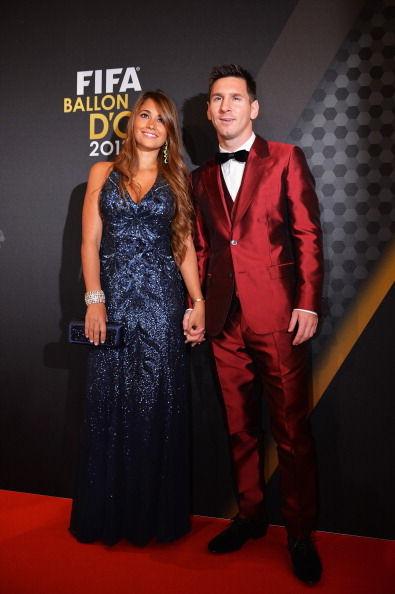 梅西身穿酒红色西装出席FIFA盛典