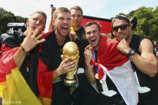 到底是哪位球员摔坏了世界杯呢?