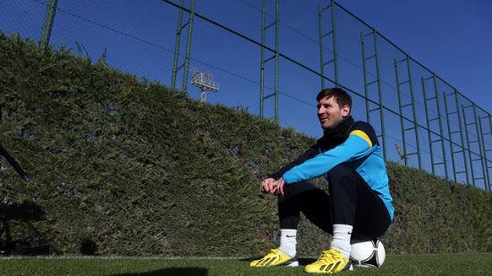 打破穆勒纪录的梅西出现在巴萨训练场