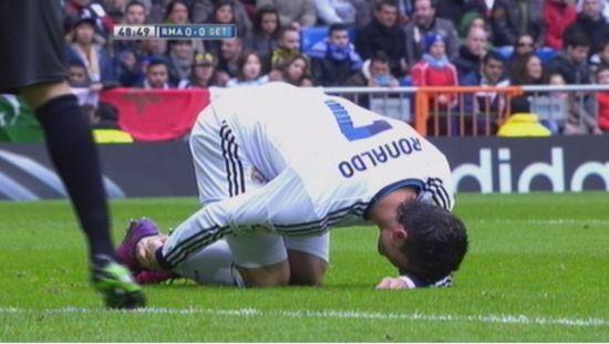 C罗第49分钟时右脚脚踝受伤