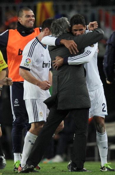 进球后的瓦拉内熊抱穆里尼奥
