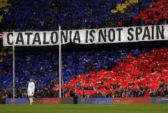 """巴萨在诺坎普迎战皇马的世纪大战中,球迷打出""""加泰罗尼亚不是西班牙""""的标语"""