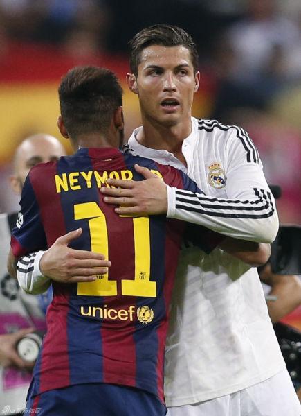 内马尔与C罗拥抱