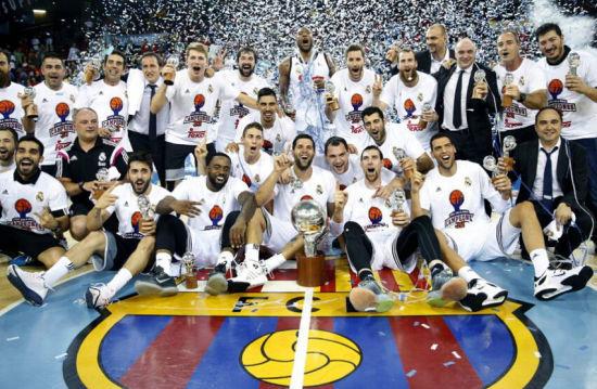 皇马篮球队坐在巴萨队徽上庆贺夺冠