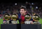 梅西展示4座金球奖杯