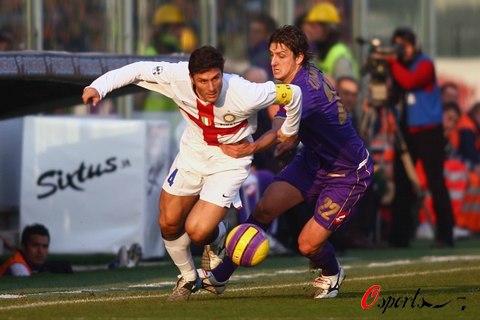图文-[意甲]佛罗伦萨0-2国际米兰国米队长身先士卒