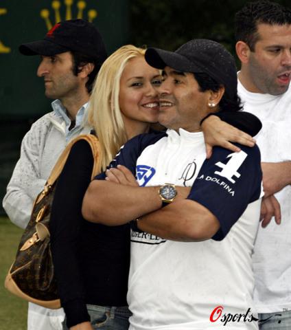 图文-马拉多纳与女友共赏马球球王果然有坚强实力