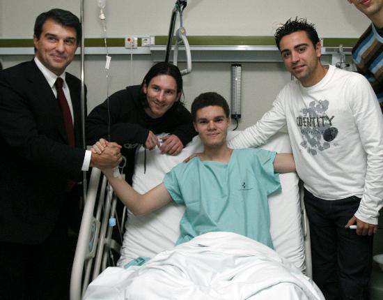 图文-亨利等巴萨球员医院献爱心梅西与患者合影