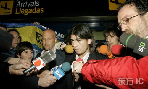 图文-瓦伦西亚新人抵达西班牙接受现场媒体采访