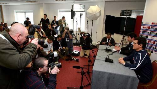 图文-英格兰队主教练卡佩罗开发布会记者关注焦点