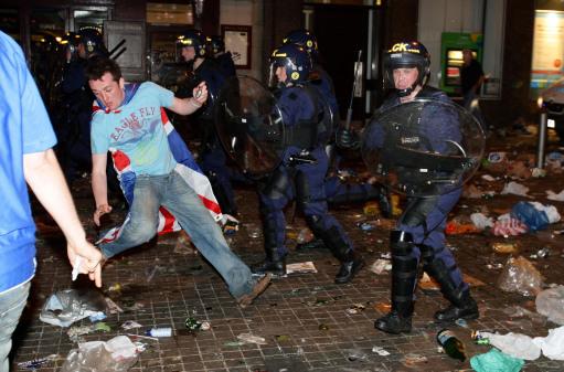 图文-联盟杯决赛引发球迷骚乱现场情况十分混乱
