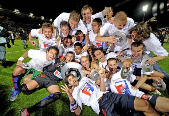 图文-里昂7连冠创5大联赛新纪录每人都有小奖杯