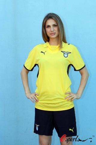 图文-拉齐奥发布新队服模特助阵黄色球衣倍显活力