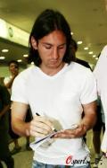 图文-金童梅西抵上海历尽艰辛终来奥运 为球迷签名