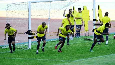 图文-巴西国奥队在沈阳备战 小罗为何要跟门柱较劲