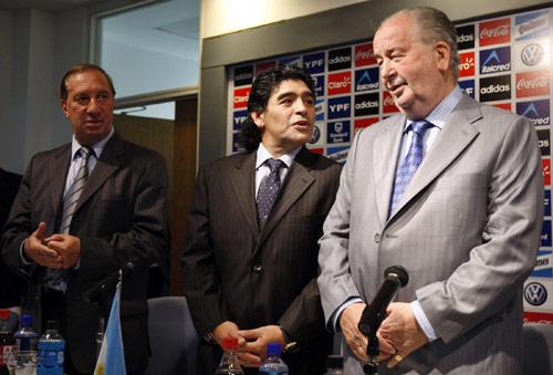 """图文-阿根廷足协宣布马拉多纳上任新""""官""""上任了"""