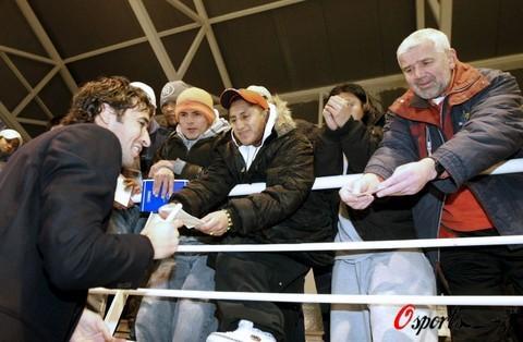 图文-劳尔探访监狱为球迷签名伯纳乌王子最受追捧