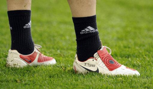 图文-利物浦备战欧冠八强客场战托雷斯红白配色战靴