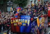 图文-巴萨捧杯回国举行游街狂欢双层巴士载着冠军队