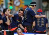 图文-巴萨捧杯回国举行游街狂欢T恤印着冠军成员名字