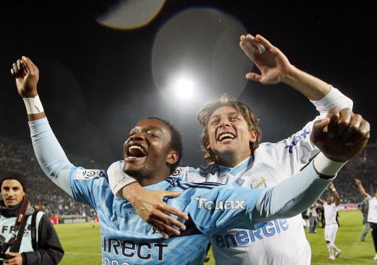 图文-马赛夺得09/10赛季法甲冠军灯光也要凑热闹