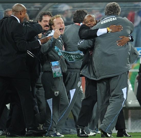 图文-乌拉圭5-3胜加纳进四强乌拉圭队官员庆祝