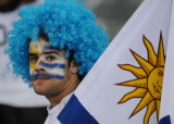 一名乌拉圭队球迷在凝望
