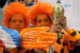 两名荷兰球迷等待比赛开始