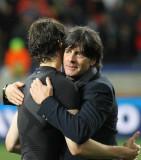 勒夫与球员拥抱庆祝