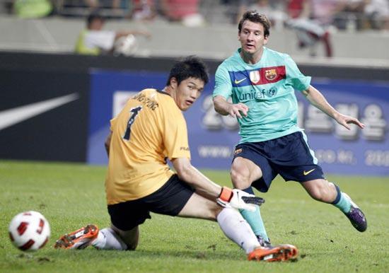 图文-[热身赛]韩国明星队2-5巴萨梅西进球了