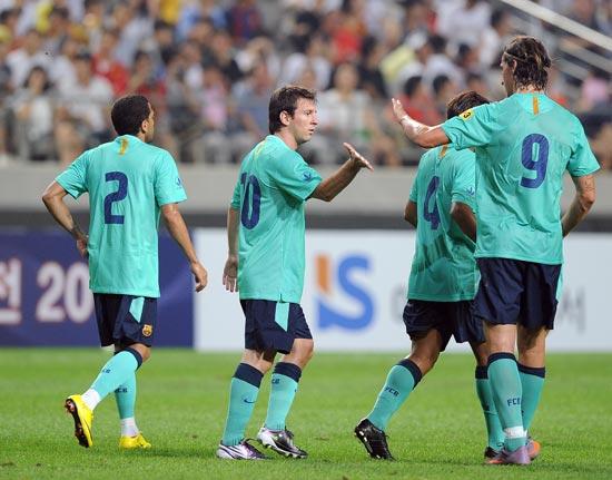 图文-[热身赛]韩国明星队2-5巴萨梅西与伊布击掌