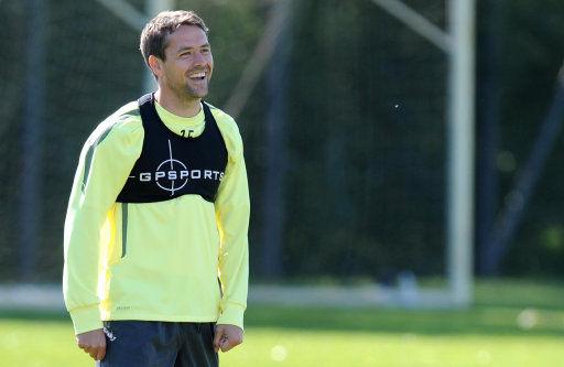 曼联训练备战欧冠半决赛 蓄须欧文笑容灿烂