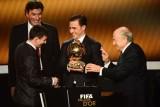 梅西接过获颁的金球奖