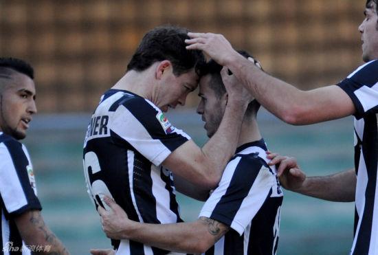 利希施泰纳和乔文科庆祝进球。