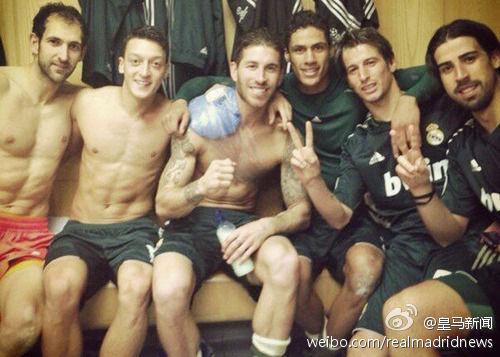 在老特拉福德球场战胜曼联后,皇马球员在更衣室内大肆庆祝