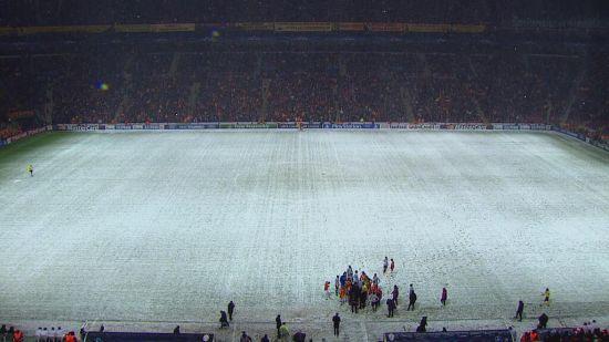球场被大雪冰雹覆盖